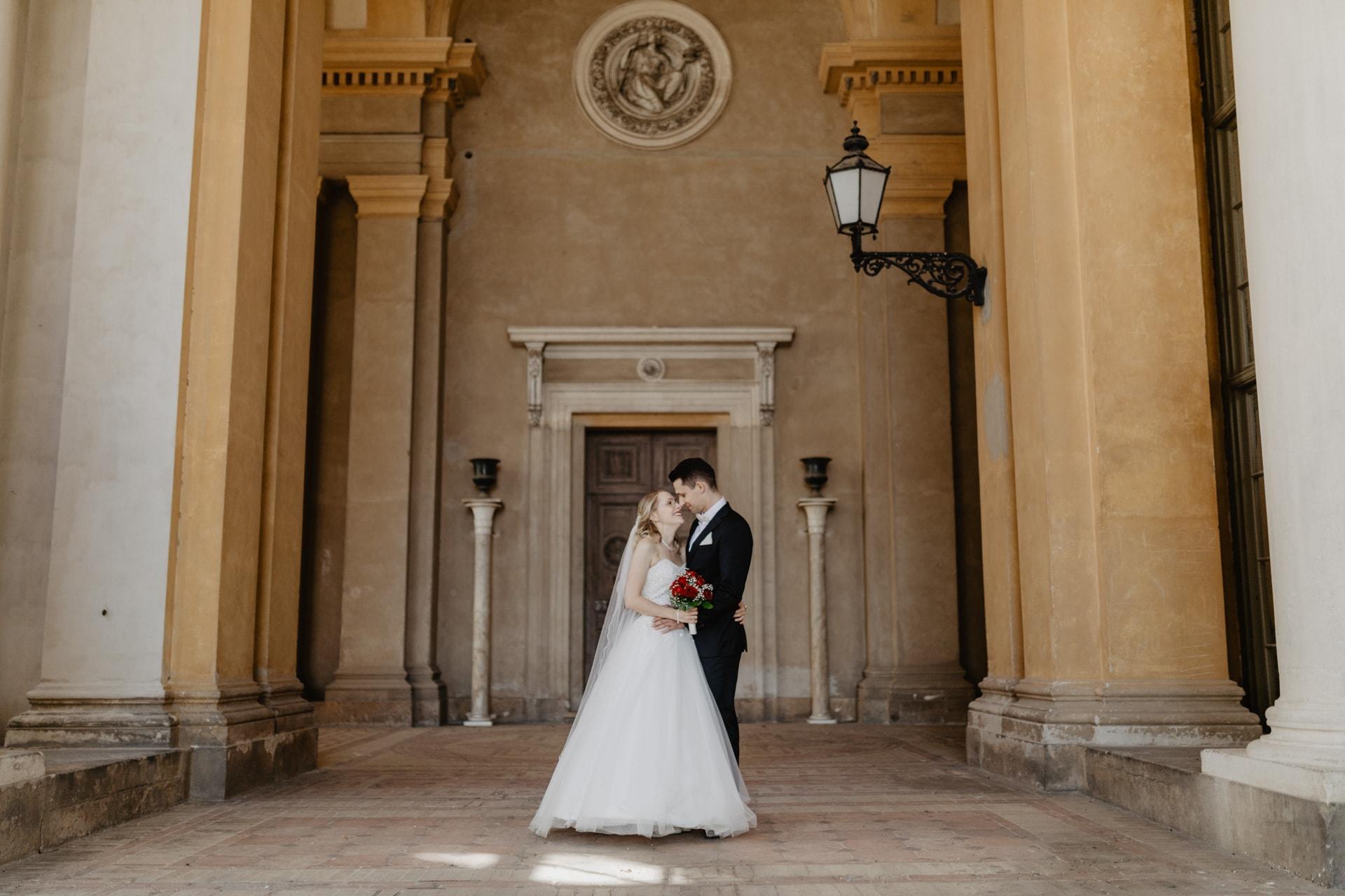 Hochzeitsfotos von Brautpaar im Orangerieschloss in Potsdam Hochzeitsfotograf