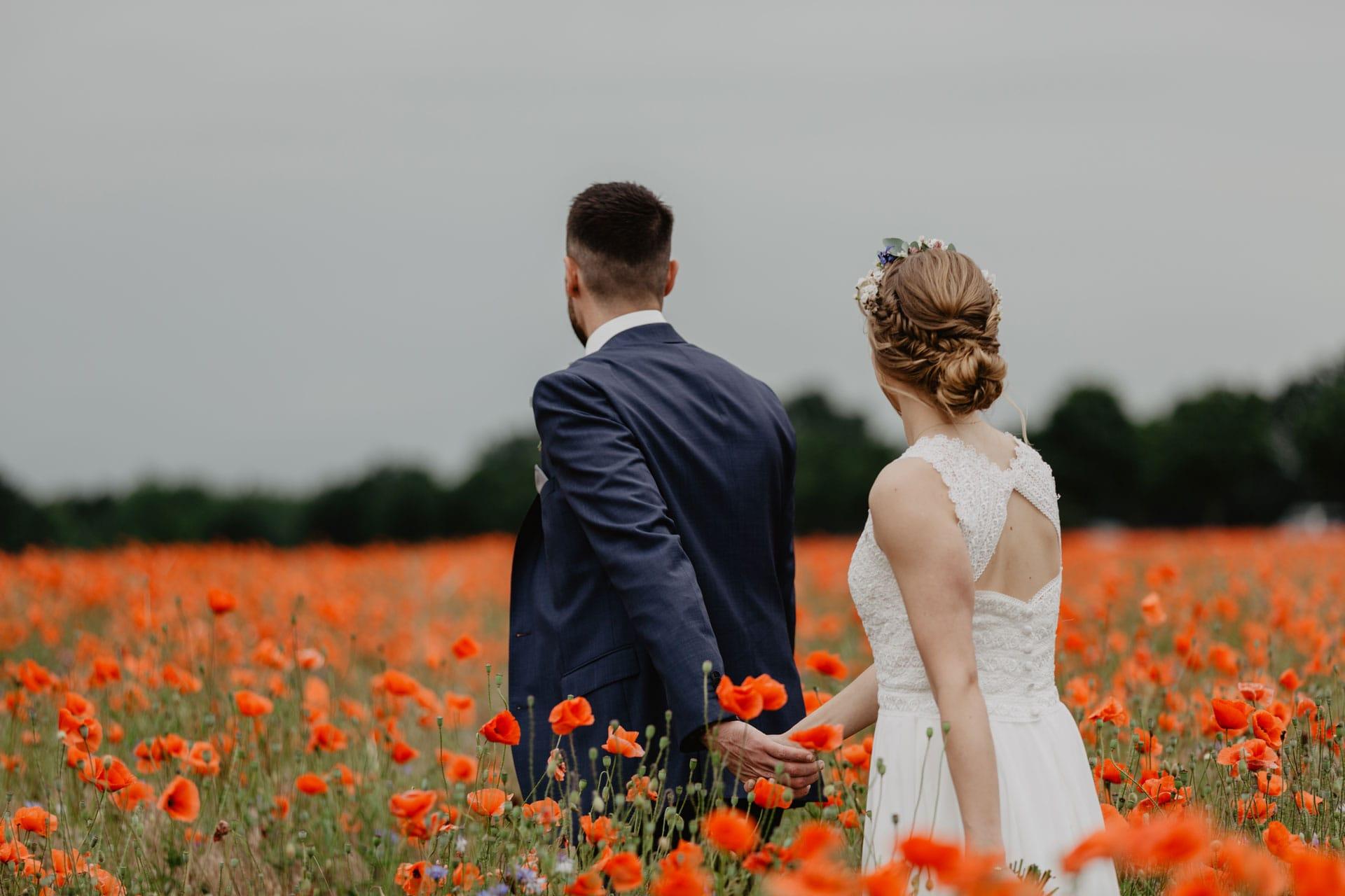 Brautpaar Fotoshooting in einem Mohnfeld bei Berlin