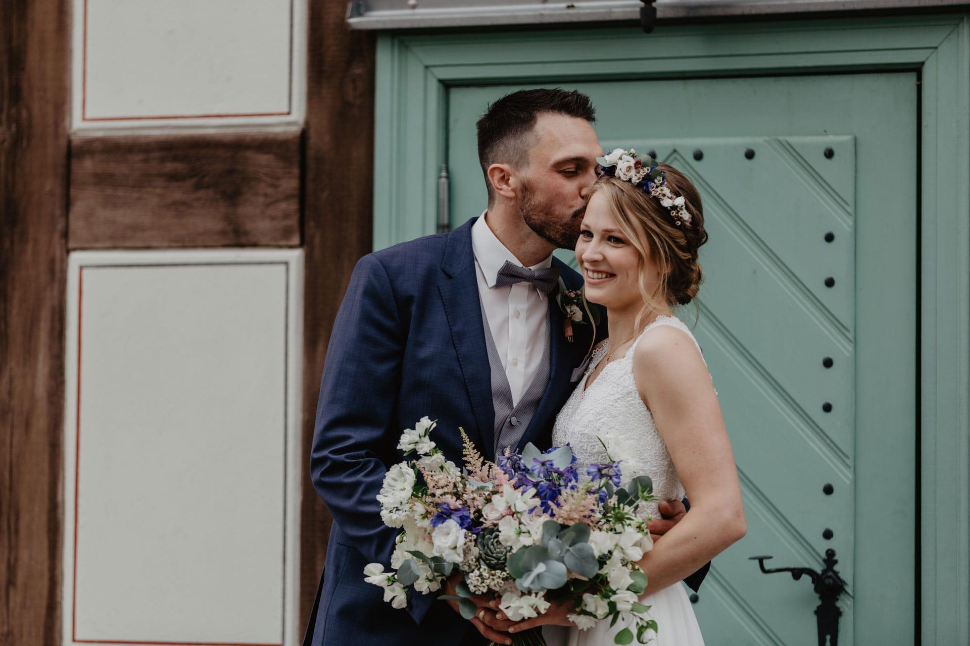 Brautpaar vor dem Standesamt Biesenthal nach der Trauung