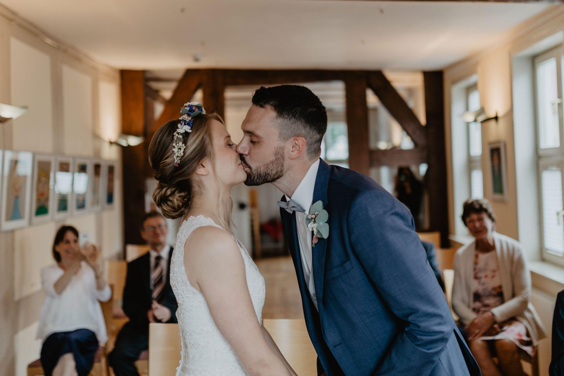 Hochzeitskuss bei Trauung im Standesamt Biesenthal bei Berlin Hochzeitsfotos