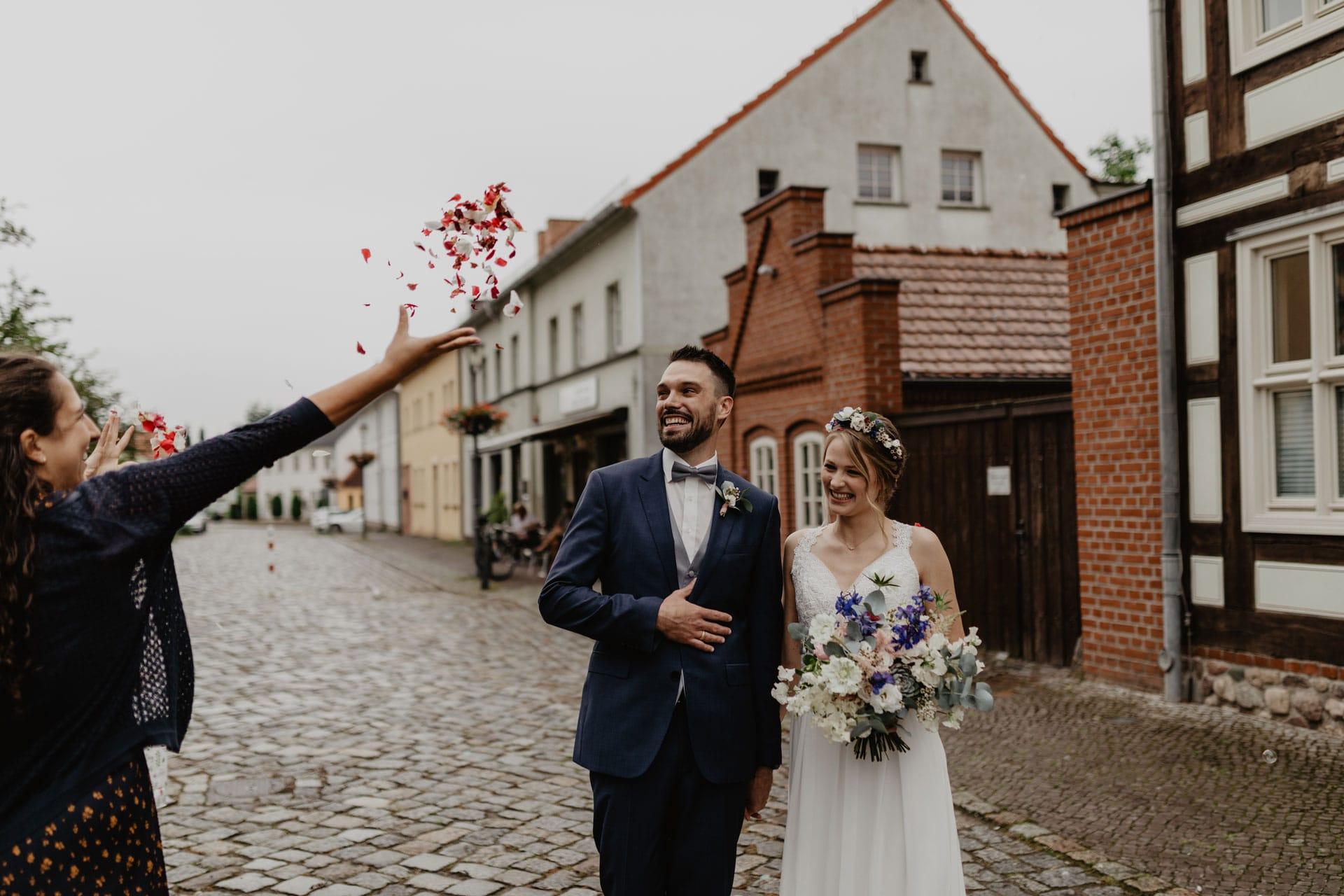 Brautpaar auf Hochzeit vor dem Standesamt Biesenthal bei Berlin