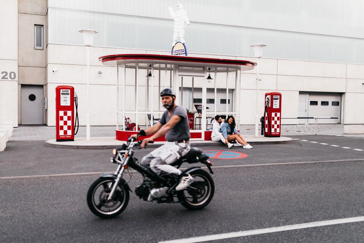 Paarfotos an der Alten Tankstelle Frankfurt mit Motorrad