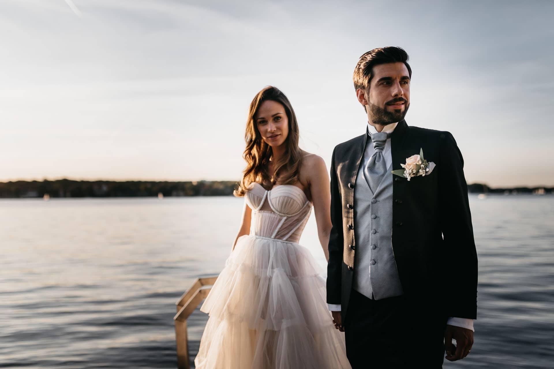 Hochzeitsfotos vom Brautpaar auf Steg am Wannsee Berlin Villa Blumenfisch Hochzeit