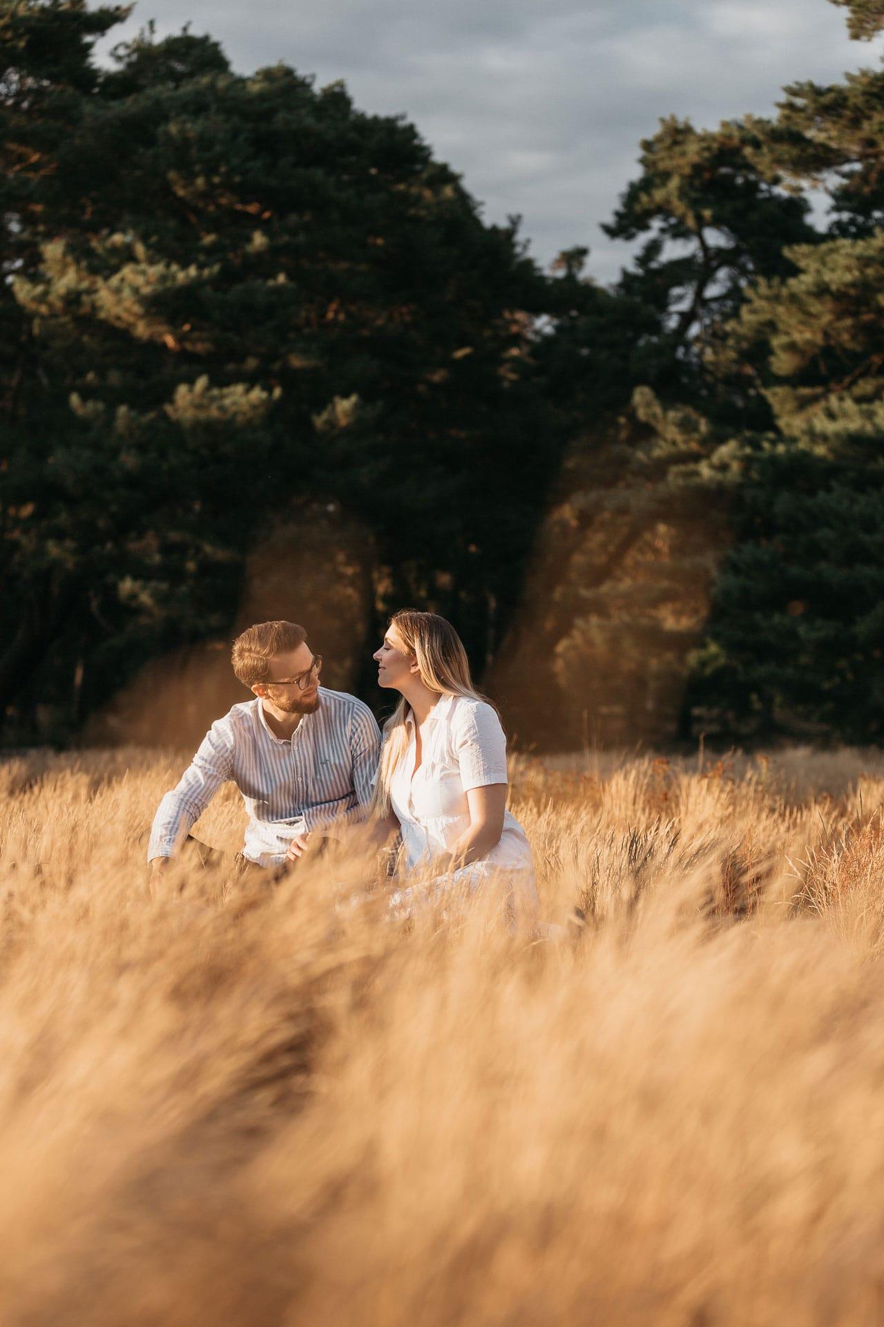 Fotoshooting mit verlobtem Pärchen auf einer Wiese